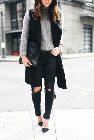 Cómo combinar: abrigo sin mangas negro, jersey de cuello alto de punto gris, vaqueros pitillo desgastados negros, zapatos de tacón de ante negros