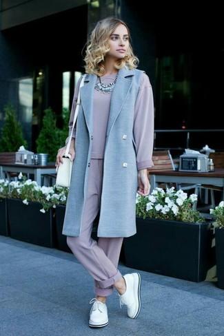 Cómo combinar: abrigo sin mangas celeste, sudadera violeta claro, pantalón de chándal violeta claro, zapatos derby de cuero blancos