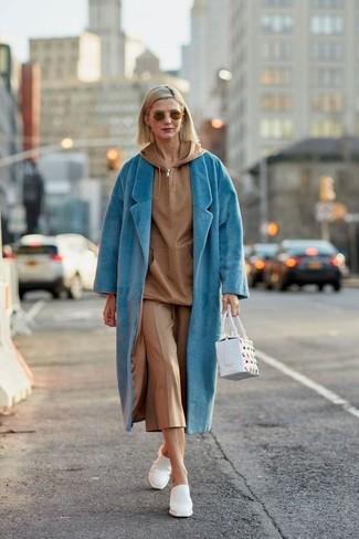 Cómo combinar: abrigo en turquesa, sudadera con capucha marrón claro, falda pantalón marrón claro, chinelas de cuero blancas