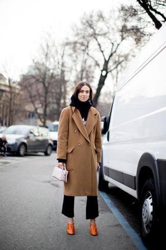 Cómo combinar: abrigo marrón claro, sudadera con capucha estampada en negro y blanco, pantalón de campana negro, zapatos de tacón de cuero naranjas