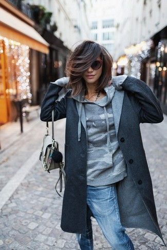 Mantén tu atuendo relajado con un abrigo gris oscuro y unos vaqueros boyfriend desgastados azules de Mavi Jeans.