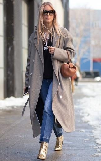 Cómo combinar: abrigo gris, sudadera con capucha estampada en negro y blanco, vaqueros azules, botines de cuero dorados