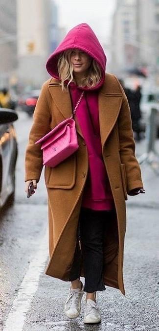 Cómo combinar: abrigo marrón, sudadera con capucha rosa, vaqueros negros, tenis blancos