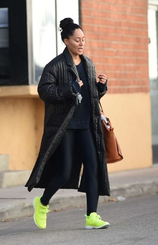 Cómo combinar: abrigo acolchado negro, sudadera azul marino, leggings negros, deportivas en amarillo verdoso