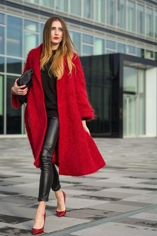Cómo combinar: abrigo rojo, sudadera negra, leggings de cuero negros, zapatos de tacón de cuero rojos