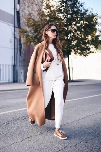 Cómo combinar: abrigo marrón claro, sudadera blanca, pantalón de pinzas blanco, tenis de ante marrónes