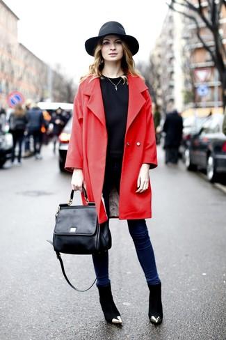 Cómo combinar: abrigo rojo, sudadera negra, vaqueros pitillo azul marino, botines de ante negros