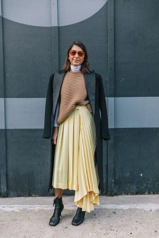 Cómo combinar: abrigo negro, túnica de punto marrón claro, jersey de cuello alto blanco, falda midi plisada amarilla