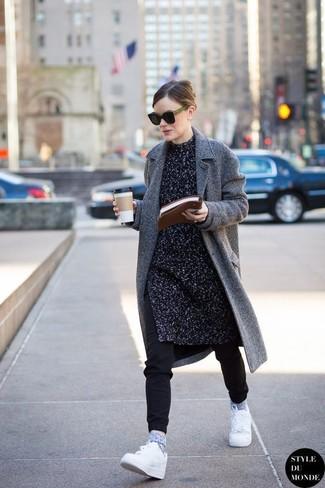 Cómo combinar: abrigo de espiguilla gris, túnica de punto en gris oscuro, pantalón de chándal negro, tenis blancos