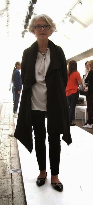 Cómo combinar: abrigo negro, túnica de seda gris, pantalones pitillo negros, mocasín de cuero negros