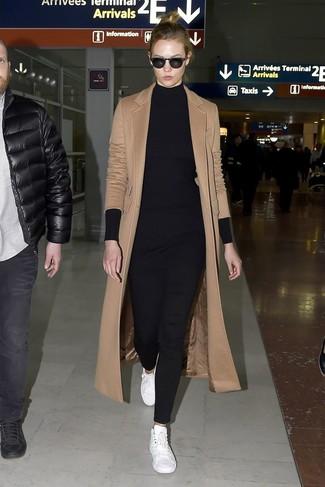Cómo combinar: abrigo marrón claro, túnica de punto negra, pantalones pitillo negros, tenis de cuero blancos