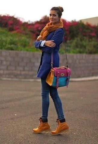 Cómo combinar: abrigo en violeta, vaqueros pitillo azul marino, botas planas con cordones de nubuck marrón claro, bolso bandolera de cuero en multicolor