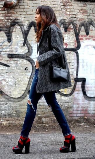 Cómo combinar: abrigo en gris oscuro, vaqueros pitillo desgastados azules, sandalias de tacón de cuero gruesas negras, bolso bandolera de cuero negro