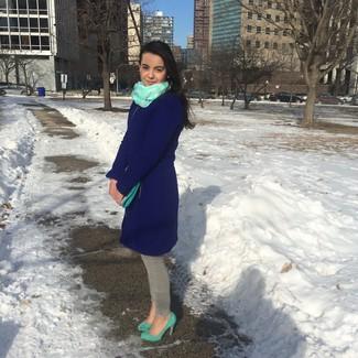Cómo combinar: abrigo azul marino, vaqueros pitillo grises, zapatos de tacón de ante en verde menta, cartera sobre de cuero en verde menta