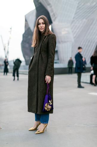 Cómo combinar: abrigo verde oliva, vaqueros azules, zapatos de tacón de cuero dorados