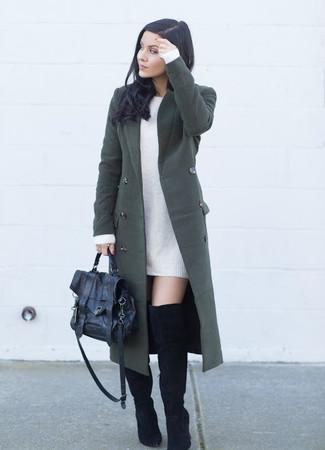 Cómo combinar: abrigo verde oscuro, vestido jersey blanco, botas sobre la rodilla de ante negras, bolso de hombre de cuero negro