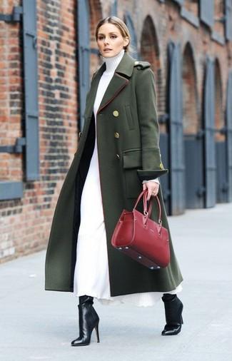 Cómo combinar: abrigo verde oscuro, vestido jersey blanco, botines de cuero negros, bolsa tote de cuero roja