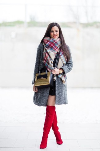 Cómo combinar: abrigo en gris oscuro, vestido ajustado negro, botas sobre la rodilla de ante rojas, bolso bandolera de ante verde oliva