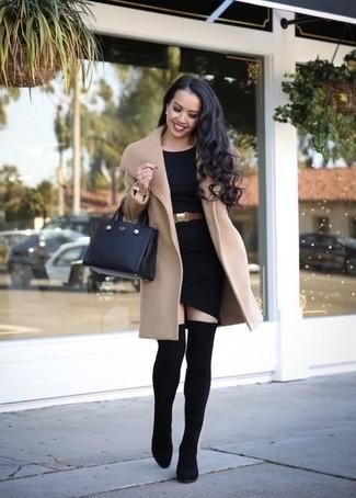 Cómo combinar: abrigo marrón claro, vestido ajustado negro, botas sobre la rodilla de elástico negras, bolsa tote de cuero negra
