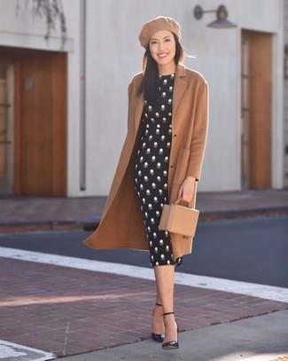 Cómo combinar: abrigo marrón claro, vestido ajustado a lunares negro, zapatos de tacón de cuero negros, cartera sobre de cuero marrón claro
