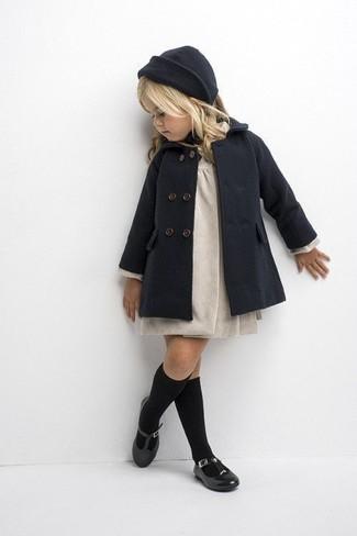 Cómo combinar: abrigo en gris oscuro, vestido en beige, bailarinas negras, gorro en gris oscuro