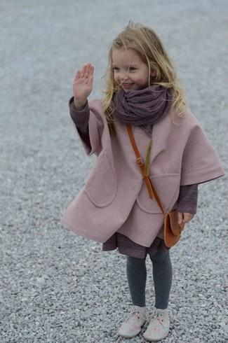 Cómo combinar: abrigo rosado, vestido morado, botas safari grises, bufanda morado