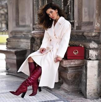 Cómo combinar: abrigo blanco, vestido jersey blanco, botas de caña alta de cuero burdeos, bolso de hombre de cuero rojo