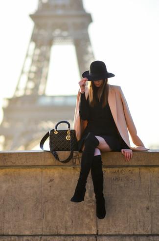 Cómo combinar: abrigo rosado, vestido jersey negro, botas sobre la rodilla de ante negras, bolsa tote de cuero con tachuelas negra