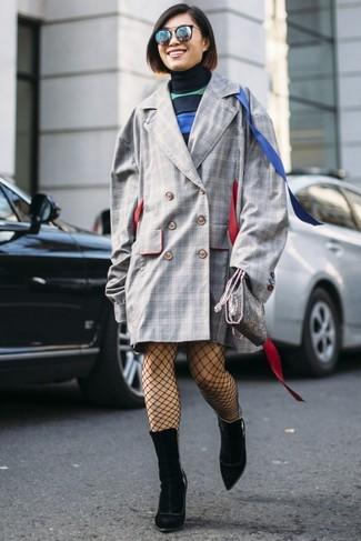Cómo combinar: abrigo a cuadros gris, vestido jersey de rayas horizontales azul marino, botines de ante negros, bolso bandolera de cuero plateado