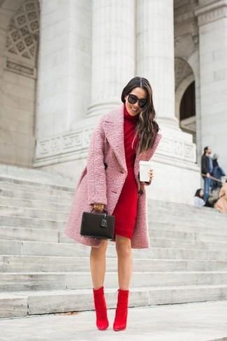 Cómo combinar: abrigo rosado, vestido jersey rojo, botines de ante rojos, cartera sobre de cuero negra