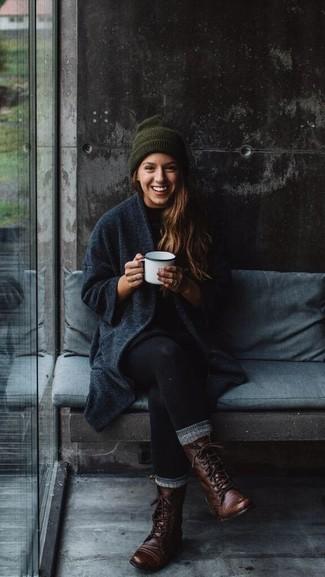 Cómo combinar: abrigo en gris oscuro, vestido jersey negro, leggings negros, botas planas con cordones de cuero en marrón oscuro
