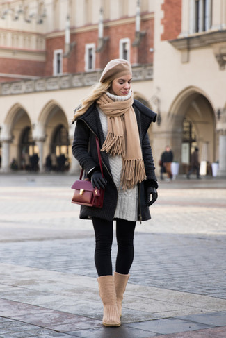 Cómo combinar: abrigo de punto en gris oscuro, vestido jersey blanco, leggings negros, botas ugg marrón claro