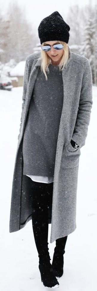 Cómo combinar: abrigo gris, vestido jersey gris, vestido camisa blanca, botas sobre la rodilla de ante negras