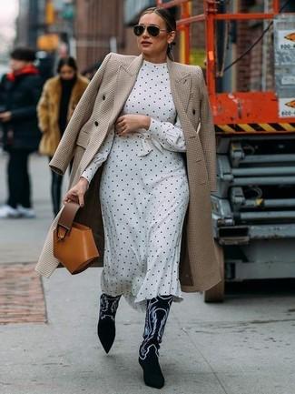 Cómo combinar: abrigo de pata de gallo en beige, vestido midi a lunares en blanco y negro, botas camperas de ante bordadas en negro y blanco, cartera de cuero en tabaco