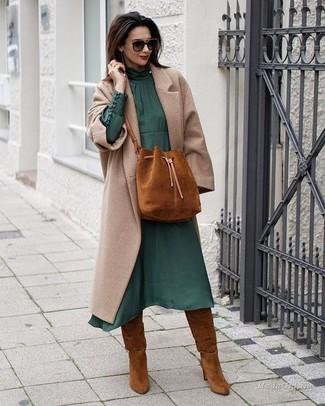 Cómo combinar: abrigo en beige, vestido midi de gasa verde oscuro, botas de caña alta de ante en tabaco, mochila con cordón de ante en tabaco