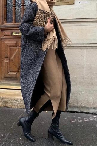 Cómo combinar: abrigo de espiguilla en gris oscuro, vestido midi de lana marrón claro, botines de cuero negros, cartera sobre de cuero marrón
