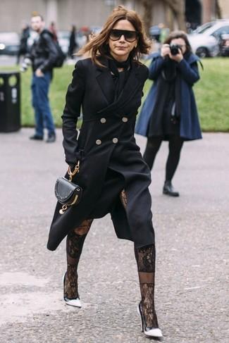 Cómo combinar: abrigo negro, vestido midi negro, zapatos de tacón de cuero en blanco y negro, cartera sobre de cuero negra