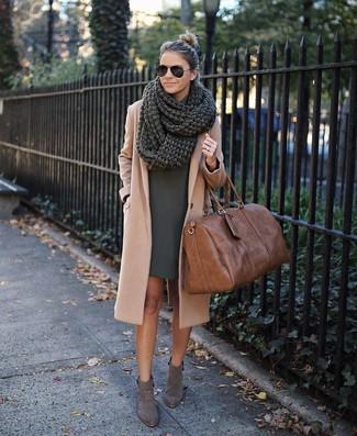 Cómo combinar: abrigo marrón claro, vestido recto verde oscuro, botines de ante grises, bolso deportivo de cuero marrón