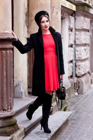 Elige un abrigo negro y un vestido skater rojo para un look diario sin parecer demasiado arreglada. Complementa tu atuendo con botas sobre la rodilla de ante negras.