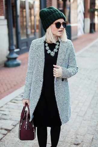 Cómo combinar: abrigo gris, vestido tubo negro, bolso de hombre de cuero burdeos, gorro verde oscuro