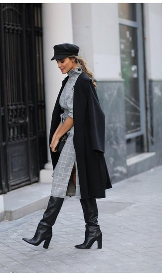 Cómo combinar: abrigo negro, vestido tubo de tartán gris, botas de caña alta de cuero negras, cartera sobre de cuero negra