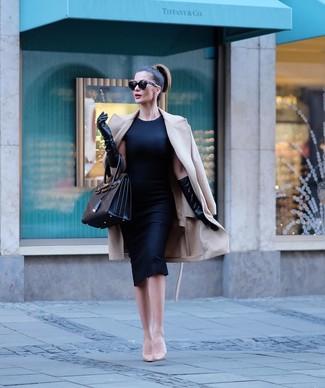 Cómo combinar: abrigo en beige, vestido tubo negro, zapatos de tacón de cuero en beige, bolsa tote de cuero negra