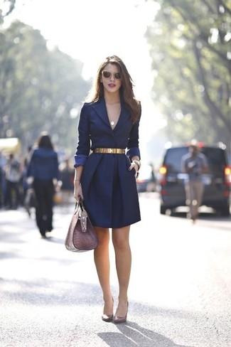 Destaca entre otros civiles elegantes con un abrigo azul marino. Zapatos de tacón de cuero burdeos son una opción grandiosa para completar este atuendo.
