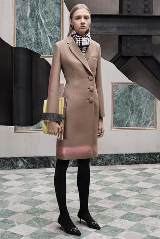 Cómo combinar: abrigo marrón claro, zapatos de tacón de ante con adornos negros, cartera sobre de cuero amarilla, bufanda a cuadros en blanco y negro