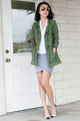 Cómo combinar: anorak verde oliva, blusa de manga corta blanca, minifalda gris, zapatos de tacón de cuero en blanco y negro
