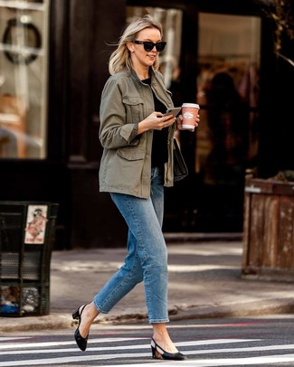 Women's Looks & Outfits: What To Wear In Warm Weather: An olive anorak and blue jeans are surely worth adding to your list of true casual essentials. Introduce a pair of black leather pumps to the equation to instantly jazz up the outfit.