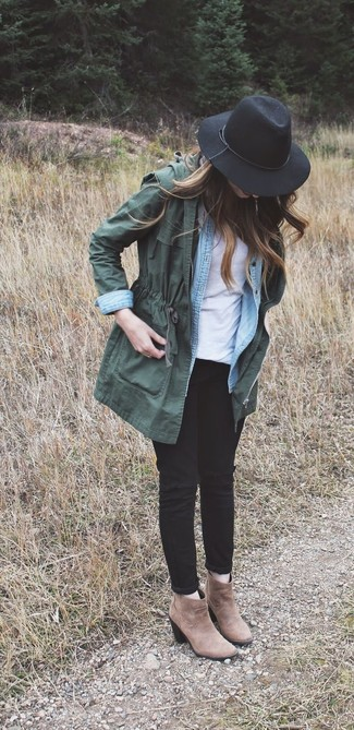 Go for a hunter green anorak coat and black destroyed slim jeans for a comfortable outfit that's also put together nicely. Why not introduce brown suede ankle boots to the mix for an added touch of style?