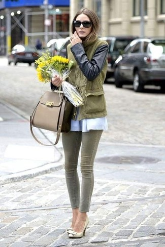 How to wear: olive anorak, white long sleeve blouse, olive skinny jeans, gold leather pumps
