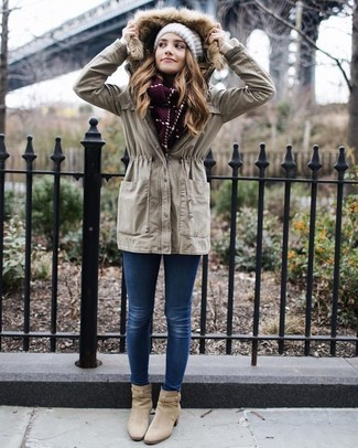 How to wear: beige anorak, blue skinny jeans, beige suede ankle boots, white knit beanie