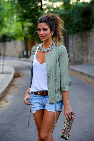 How to Wear a Green Necklace: We're all looking for comfort when it comes to dressing, and this combination of a grey anorak and a green necklace is a perfect example of that.